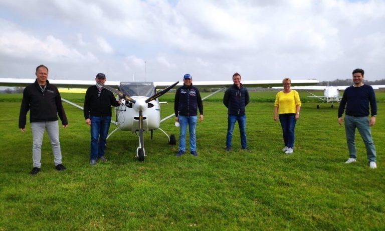Prüflinge, Fluglehrer und Prüfer auf einem Bild