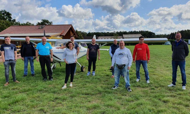 Flugschüler posieren vor der FK9