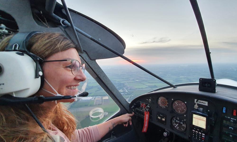 Flugschülerin steuert Flugzeug